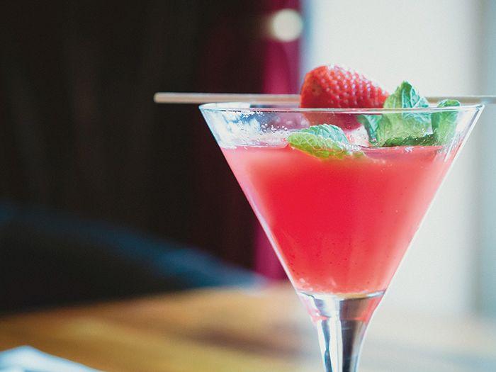 グラスに入ったピンク色のカクテル