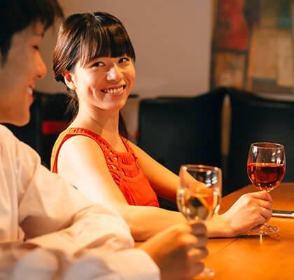 男女がワインを飲みながら談笑している