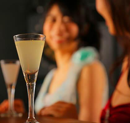ワインがグラスに注がれている